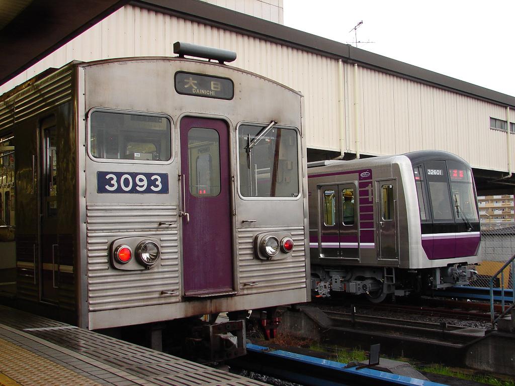 当時最古参の大阪市営地下鉄30系と最新の30000系
