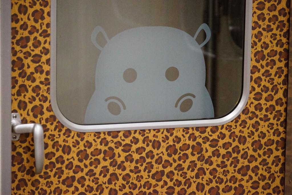 【これはすごい】堺筋線を走るヒョウ柄のどうぶつ電車がめちゃくちゃ可愛い…!