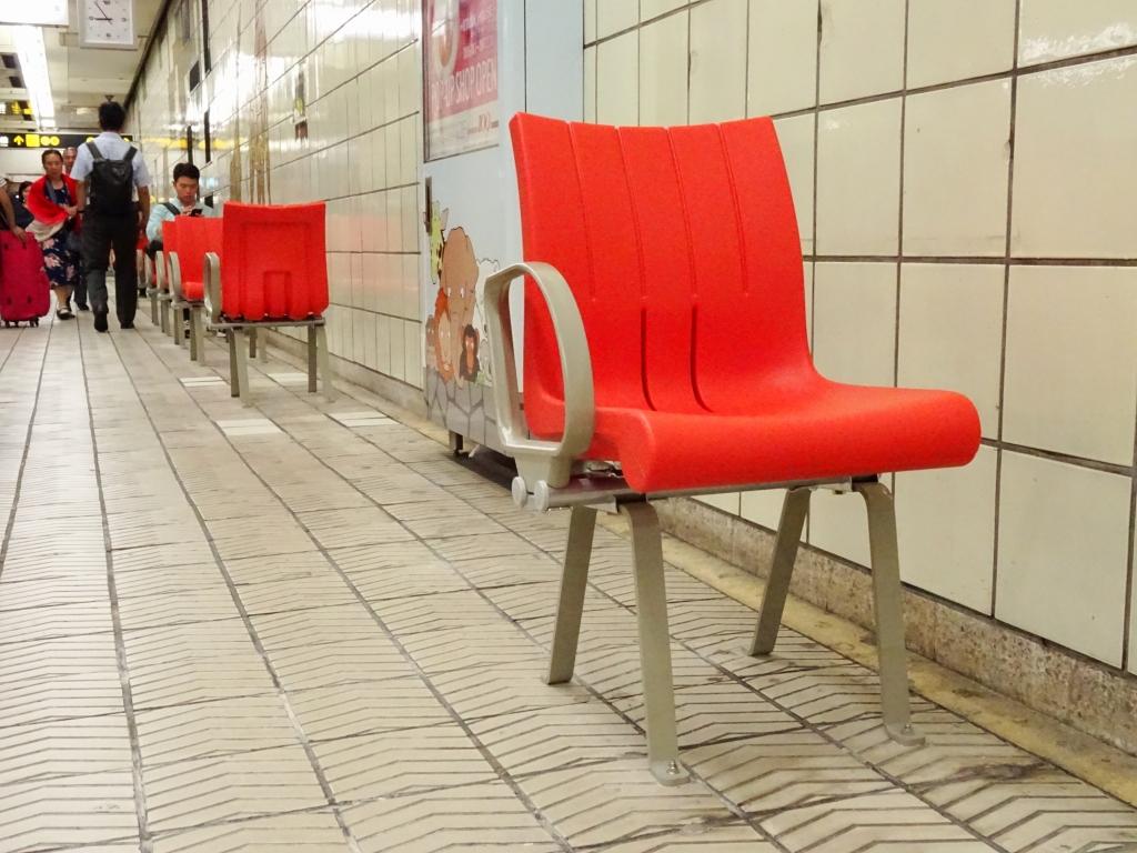 【御堂筋線】動物園前駅に新タイプのベンチを設置