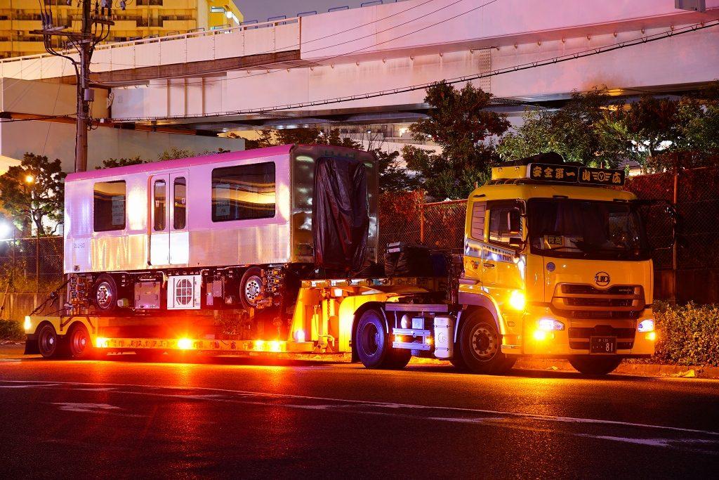 【ニュートラム】ピンク色の200系03編成が陸送搬入