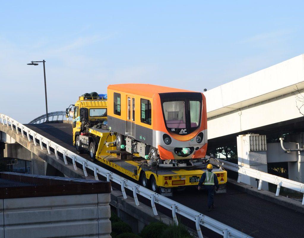 【ニュートラム】オレンジ色の200系05編成が陸送搬入
