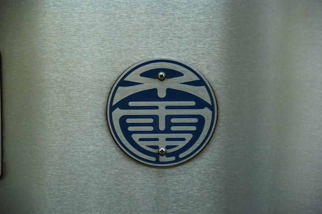 【速報】大阪地下鉄新会社の制服を発表!伝統の「澪つくし+電」マークが継承される…!