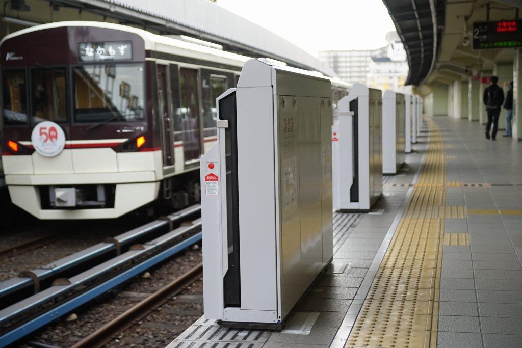 【北大阪急行】緑地公園駅のホームドア筐体設置完了
