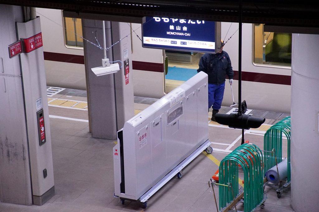 【北大阪急行】桃山台駅1番線にホームドア筐体設置完了