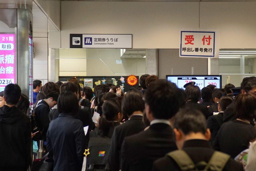 【悲報】新入学シーズンで定期券売り場が大混雑!天王寺では278人待ちも