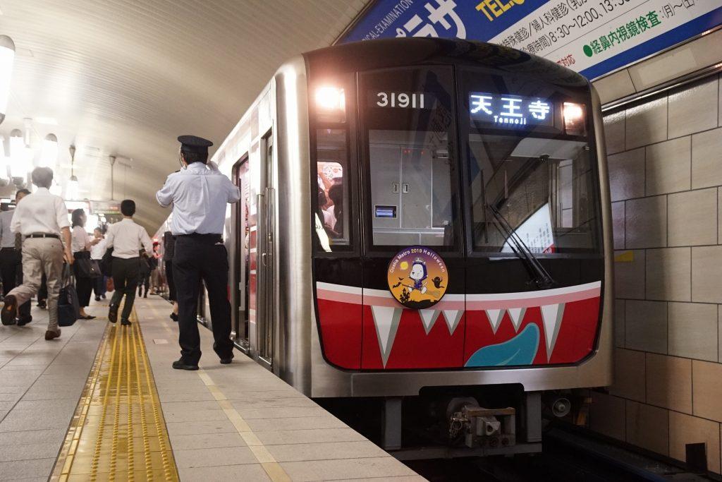 【速報】御堂筋線の電車がハロウィンコスプレで登場!30000系11編成にキバが生える