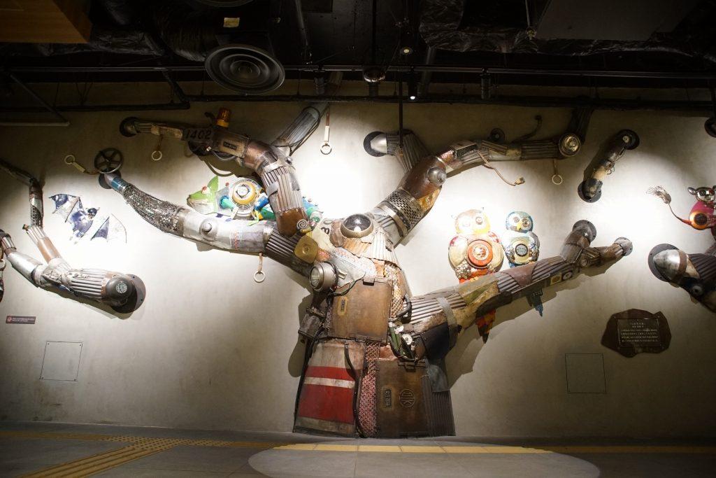 梅田地下街に御堂筋線の廃材を使ったアート「いのちの木」が出現!……1102…だと…?