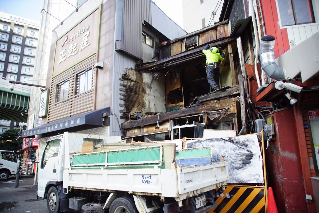 【朗報】なんば駅近くにある廃墟「ニッコーカメラ」の解体が開始…今月中に完了予定